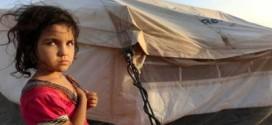 نازحون عراقيون يصارعون في خيمهم الحر والأتربة لصوم (شهر) رمضان