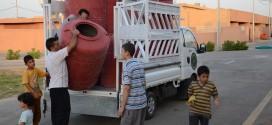 كوادر مؤسسة اليتيم الخيرية تقوم بتوزيع المواد المنزلية والغذائية على العوائل المهجرة في الشنافية