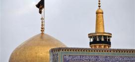 رایة العزاء الحسیني ترتفع فوق قبة مرقد الإمام الرضا (عليه السلام)
