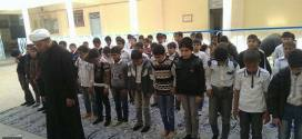 التلاميذ يؤدون صلاة الجماعة في مدرسة وليد الكعبة الابتدائية التابعة لمديرية الوقف الشيعي بالنجف الأشرف