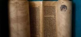 """العراق يستنكر الاستحواذ غير القانوني على مخطوطة التوراة من قبل """"إسرائيل"""""""