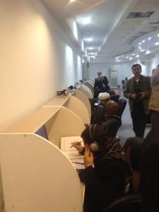 الباحثين والدارسين يطالعون نوادر الكتب والمخطوطات في المكتبة الحيدرية التابعة للعتبة العلوية المقدسة في النجف الاشرف