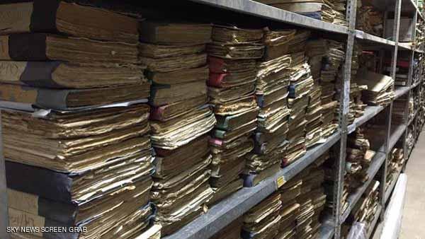 الرفوف تنوء تحت ثقل آلاف الوثائق.